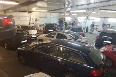 Warsztat pełen samochodów